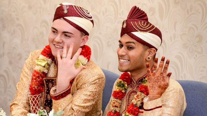 O casal gay muçulmano Jahed Choudhury e Sean Rogan,de 24 e 19 anos, exibem alianças