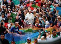 Papa Francisco com a populaão de Sinodo. Ele discursou no Vaticano e comparou políticos homofóbicos ao Hitler
