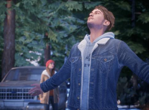 Tyler, personagem trans de Tell Me Why, e sua irmão ao ar livre. Tyler curte o ar puro enquanto Alyson está ao fundo