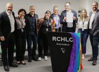 Representantes da Riachuelo assinando um compromisso com a comunidade LGBT